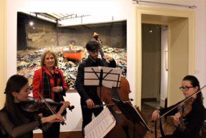La gallerista col Trio d'Archi: musica classica dal vivo ha animato l'inaugurazione.